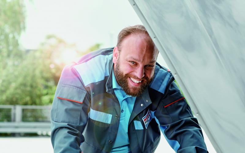 Bosch Car Service monteur onder de motorkap