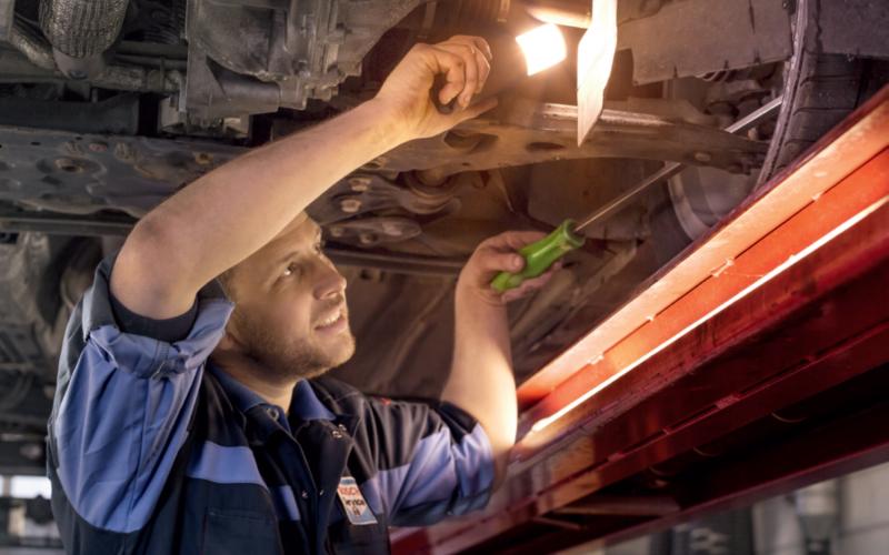Bosch Car Service monteur doet APK inspectie
