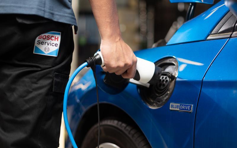 Opladen van een elektrische auto na onderhoud bij Bosch Car Service