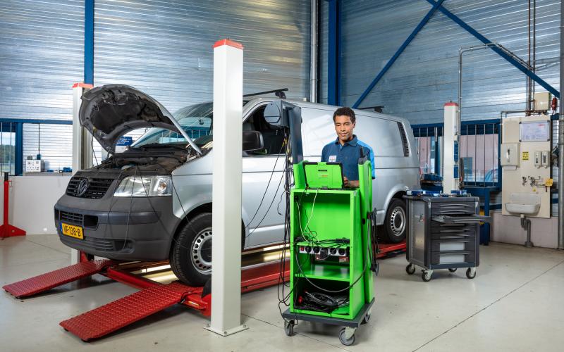 Bosch Car Service monteur werkt aan een bedrijfswagen