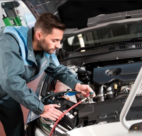 Un technicien Bosch Car Service effectue une vérification de la climatisation