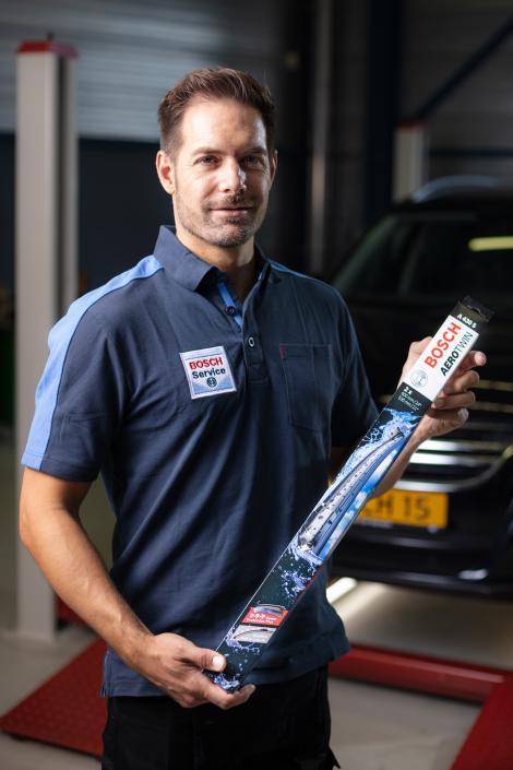 Mécanicien Bosch Car Service avec essuie-glace