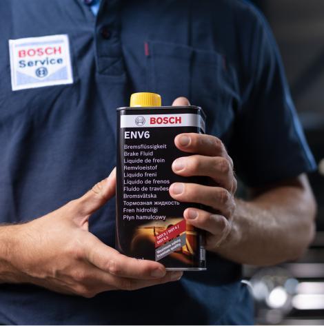 Liquide de frein Bosch dans la main d'un mécanicien