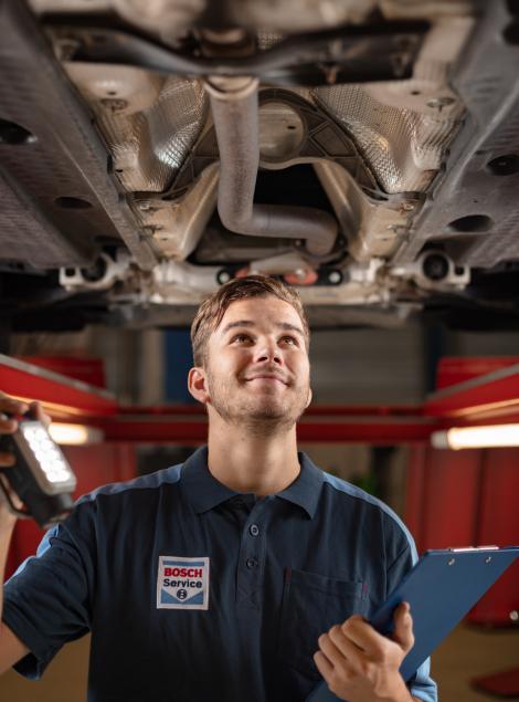 Bosch Car Service monteur voert APK uit