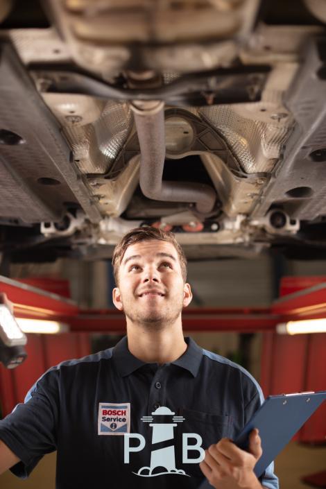 Un technicien Bosch Car Service effectue un contrôle technique