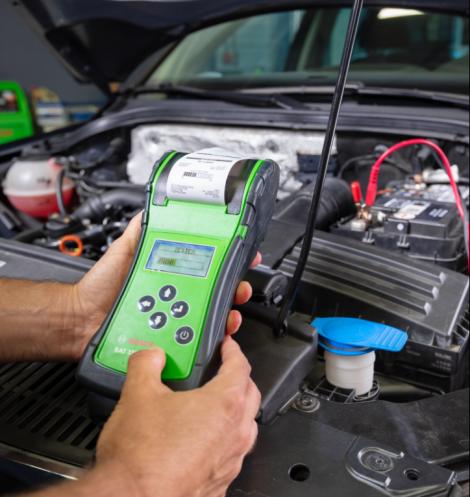 Test de batterie par un mécanicien