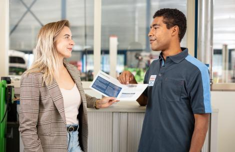 Monteur legt de Excellent Garantie uit aan een klant